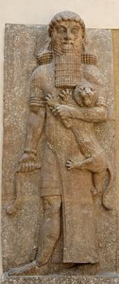 """Гильгамеш - Эта статуя была найдена во дворце Саргона II в Ассирии. Она была изготовлена примерно в 706 году до н.э. и называется """"Герой, одоляющий льва"""". Сейчас она находится в Лувре, Париж. Статуя достигает 5,52 метров в высоту - это рост, который приписывается Гильгамешу в шумерских писаниях. Саргон II поставил эту гигантскую фигуру к северу от тронного зала своего дворца, расположенного на северных берегах реки Тигр на территории современного Ирака."""