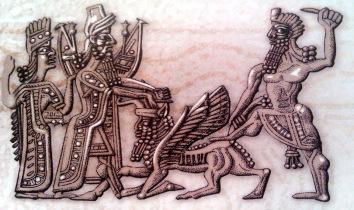 Энкиду держит Божественного быка, а Гильгамеш убивает его. Инанна, богиня любви и войны, пославшая быка, чтобы он убил двух героев, видит его смерть и планирует свою заключительную месть Гильгамешу и Энкиду.